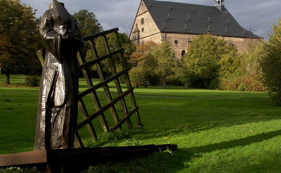 © Hans-Oiseau Kalkman Lamspringe St. Dionysius Skulptur mit Klosterkirche